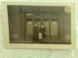 """CPA CARTE PHOTO DEVANTURE DE CAFE HOTEL N° 35 Avec Les Patrons à Situer Publicité ; Au Dos Mention """"Broquet"""" - Caffé"""