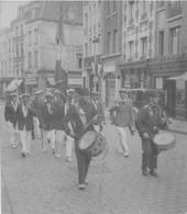 140721 - PHOTO 62 PAS DE CALAIS ARRAS RUE ST AUBERT PENTECOTE 1933 DEFILE JOUTEURS MILITARIA FANFARE ORCHESTRE MARINE ? - Arras