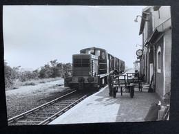 Photographie Originale De J.BAZIN: Train Y 7775 En Gare De BATZ Sur MER En 1975 - Treni