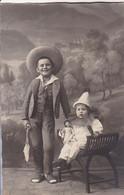AK Foto 2 Kinder In Verkleidung Im Atelier - Puppe Harlekin - Ca. 1920  (57063) - Gruppen Von Kindern Und Familien