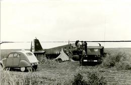 PHOTOGRAPHIE . MAROC . KHOURIBGA . Les BAN . CRASH D'un Avion HELLICAT. Voiture 2 Cv Et  Méhari , Tente, Soldats - Aviation