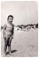 ENFANT NU Au BORD DE MER - NATURISME / BATHING NAKED CHILD - NATURISM / FKK - MAMAIA / ROMANIA ~ 1970 (ah661) - Persone Anonimi