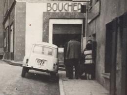 Voiture Automobile Renault 4L De Dos-☛PhotographiePhoto Originale-☛rue Vers Village D' Aups Var 1950≃-magasin Boucherie - Cars