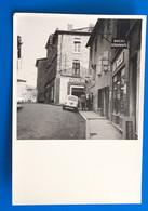 Voiture Automobile Renault 4L De Dos-☛PhotographiePhoto Originale-☛rue Vers Village D' Aups Var 1950≃Tabac Boucherie- - Cars
