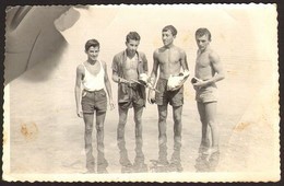 Group Trunks Men Guys On Beach GAY INT Old Photo 9x14 Cm #33508 - Anonyme Personen