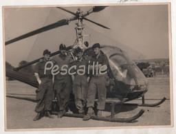MILITARIA - PHOTOGRAPHIE DE MILITAIRES DEVANT UN HELICOPTERE HILLER TYPE UH12-B AU SEIN DE L'ALAT - 23.8 X 17.8 Cm - Oorlog, Militair