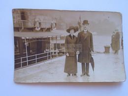 D182118   Old Photo   Croatia  Abbazia  -Atelier Betty  -Young Couple - Hat Umbrella  Costume Ship  Boat  Ca 1906-10 - Plaatsen