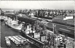 59  Dunkerque    - Le Port  De Commerce -  A Gauche Le Phare - Dunkerque