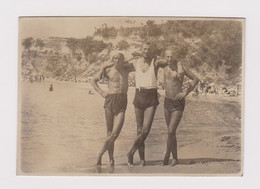 #62408 Vintage Orig Photo Awesome Guys Three Men Swimmers W/trunks Affectionate - Personas Anónimos