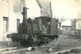 "190721 - TRANSPORT CHEMIN DE FER TRAIN LOCO - PHOTO - Conducteur De Train Cheminot Loco Hangar ""cuirs Du Midi"" - Trains"