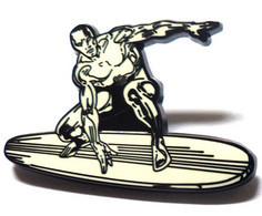 Très Beau Pin's Pins Surfeur D'argent , De Très Belle Qualité En émail. De 4 Cm, Signé MPS. - Comics