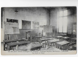 Cpa Bon Etat , Calais ,collège Sophie Berthelot , Une Salle De Classe, Carte Rare - Calais