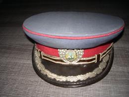 Ancienne Casquette Bloc De L'est A Identifier Insigne Métal Et émail - Headpieces, Headdresses