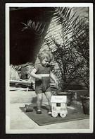 Photo Originale 8 X 5,5 Cm - Bébé Jouant Avec Une Cabine De Plage Jouet Ostende - Voir Scan - Anonymous Persons