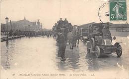21-8153 :   PHOTOGRAPHE DANS LES INONDATIONS DE PARIS 1910. AUTOMOBILE RENAULT - Photographs