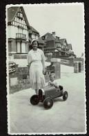 Photo Originale 10,5 X 6,5 Cm - Knocke Le Zoute - Jeune Garçon Dans Une Voiture à Pédales - Agence Bolle Du Zoute - Cars