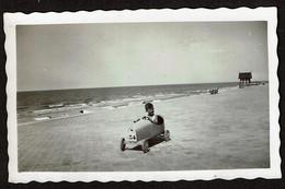 Photo Originale 10,5 X 6,5 Cm - Knocke Le Zoute - Jeune Garçon Dans Une Voiture à Pédales - Voir Scan - Cars