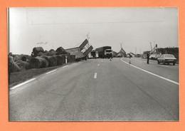 PHOTO ORIGINALE 24 OCTOBRE 1984 VERNEUIL SUR AVRE EURE - ACCIDENT DE CAMION - PEUGEOT 305 - Automobiles