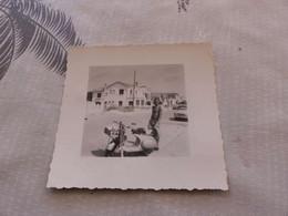 P-390, Photo , Vespa Et Jeune Homme, Canet En Roussillon, 1960, Arrière Plan, Automobiles - Cars