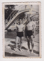 #64062 Vintage Orig Photo Two Muscle Men Handsome Guys Swimmers W/trunks Pose - Personas Anónimos