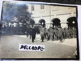 2 Photos Scoutisme Protestant Scout Unioniste Vers 1910 Cérémonie Montpellier  Herault Officiels Et Militaires Drapeaux - War, Military