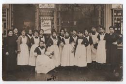 CARTE PHOTO DE 1918 ? : MAGASIN OU CLOS OU MAISON DE VENTE DE BOUTEILLES DE VIN DE SAINT EMILION - OUVRIERES - 2 SCANS - - Saint-Emilion