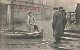 PARIS : UN VICAIRE DE MAISON ALFORT PRETE SON CON COURS AUX SAUVETEURS - De Overstroming Van 1910