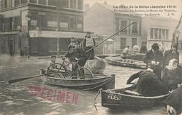 PARIS : PONTONNIERS SUR BACHOTS ET MARINS SUR YOUYOUS VONT AU SECOURS DES SINISTRES - De Overstroming Van 1910
