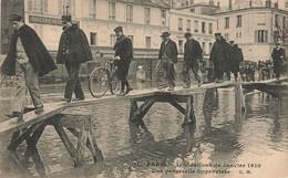 PARIS : UNE PASSERELLE IMPROVISEE - De Overstroming Van 1910