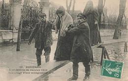 PARIS : SAUVETAGE D'UNE SEXAGENAIRE - De Overstroming Van 1910