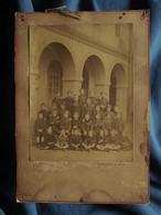 Photo Cabinet C. Bretagne Et David - Groupe D'écoliers En Uniforme Entourant Un Prêtre, Curé, Circa 1875 L558 - Oud (voor 1900)
