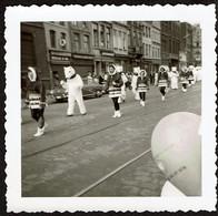 Photo Originale 8,5 X 8,5 Cm - Défilé Majorettes - Ours Blanc Mascotte - Voir Scan - Anonymous Persons