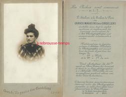 Intéressant -photo Et Détails Publicitaire Sur L'atelier De Pose-Grande CDV (CAB)-grands Magasins Des Cordeliers-Lyon- - Anciennes (Av. 1900)