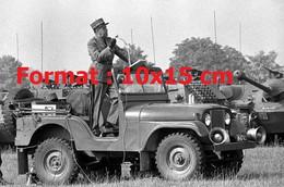 Reproduction Photographie Ancienne D'un Officier Debout Dans Une Jeep à Frauenfelden Suisse 1970 - Reproductions