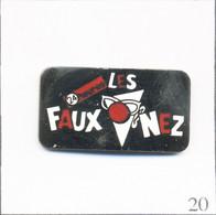 """Pin's Comique / La Compagnie Des """"Faux Nez"""" De Lausanne Avec Le Journal """"24 Heures"""" (Suisse). Non Est. EGF. T816-20 - Médias"""