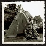 Photo Originale 8,5 X 8,5 Cm - Enfant Déguisé En Indien Devant Son Tipi - Déguisement - Voir Scan - Anonymous Persons