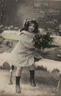 VRAIE PHOTO : Jolie Petite Fille En Fourrure Avec Du Houx Sur Un Banc . Neige . - Retratos