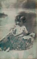 Vraie Photo ; Petite Fille Sortant D'une Boite . - Retratos