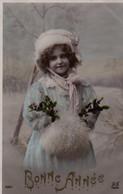 Vraie Photo Glacée Et Colorisée: Petite Fille, Fourrures, Houx, Manchon, Neige - Retratos