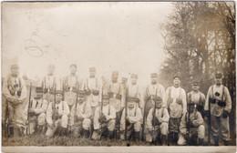 CPA MILITARIA  Groupe De Militaires Posant Avec Fusils - Regimenten