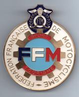 """FRANCE -- Badge émaillé --  Fédération Française De Motocyclisme """" F.F.M. """"  Sport Tourisme F.I.M. - Motos"""