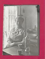 PHOTO 9 X 6,5 Cm Des Années 1930.. FEMME (PIN UP), CAFE, CALVADOS.. Fonds Photographique BOURGAULT à FLERS (61) - Pin-ups