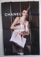 Affiche Publicitaire Abribus - Chanel - Accessoires, Produits De Luxe. - Belle Jeune Fille Avec Des Sacs à Main - Other