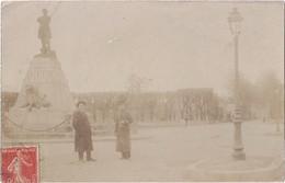 Carte Photo - Saint Maixent - Un Homme Et Un Soldat Devant Monument Denfert-Rochereau - Other Municipalities