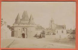 D72 - LA FERTE BERNARD - CARTE PHOTO - Porte De Ville - Eglise - Quelques Personnes Et Enfants - La Ferte Bernard