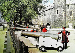 ►  Cpsm Yeomen Warders - Ceremonial Cannon  - Tower Of London 1960/70 - Régiments