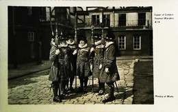 ►  Cpa Yeomen Warders - Ceremonial    - Tower Of London Ministry Of Works 1910' S - Régiments