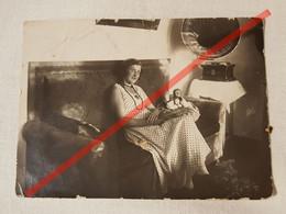 Photo D'époque. Original. Mode. Fille Dans Une Belle Robe. Gramophone. Poupée. Lettonie - Gegenstände