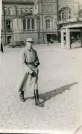 Carte Photo D'un Officier Francais élégant Se Promenant Dans Les Rue De Strasbourg - Guerra, Militares