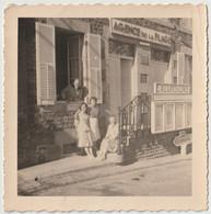 Photo Originale 1960  Saint Pair Sur Mer (50) L'Agence De La Plage Rue Ste Anne Avec Personnages - Orte